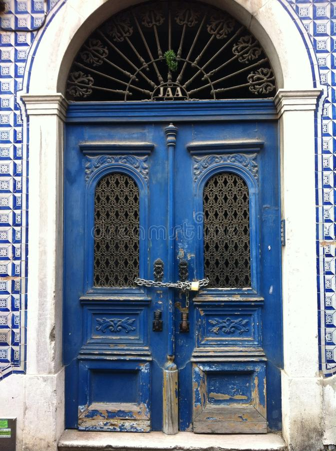 alte blaue verschlossene Tür lizenzfreie stockbilder