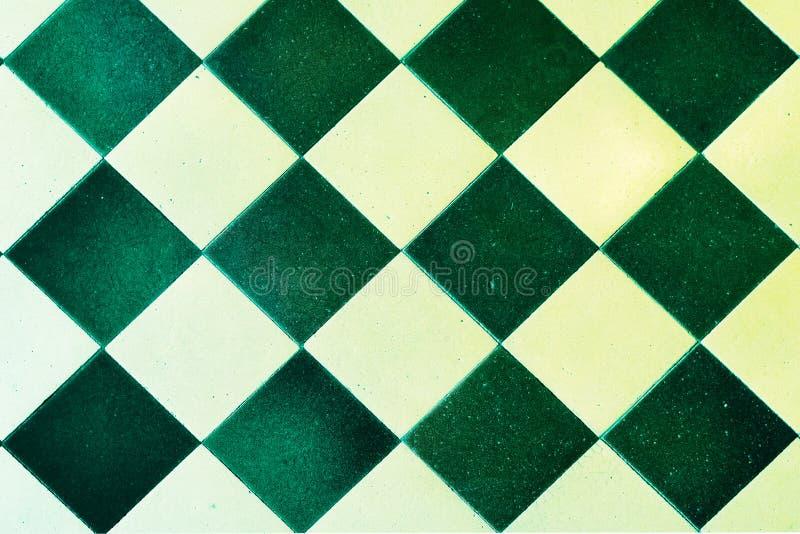 Alte Bodenfliese-, Grüne und weißequadrate stockbild