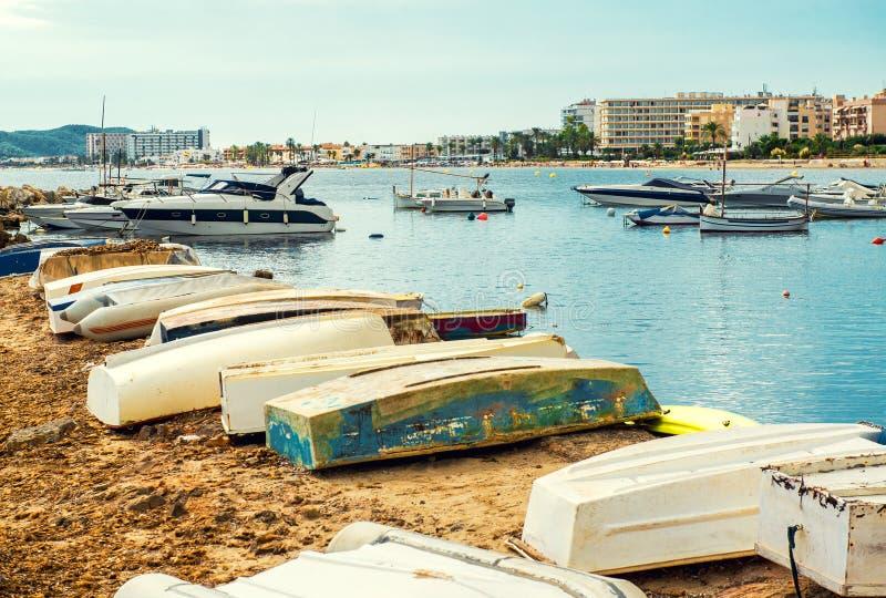 Alte Boote auf dem leeren Strand von Ibiza lizenzfreies stockbild