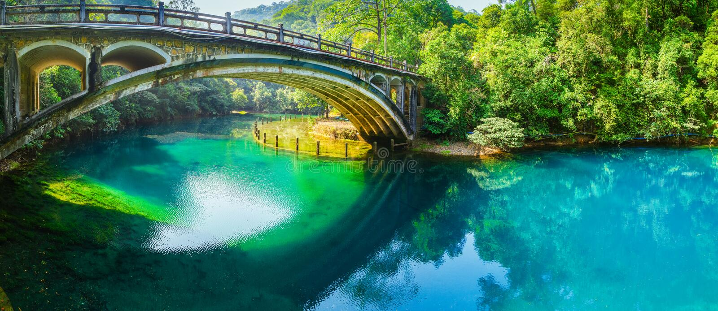 Alte Brücke über Fluss lizenzfreie stockfotos
