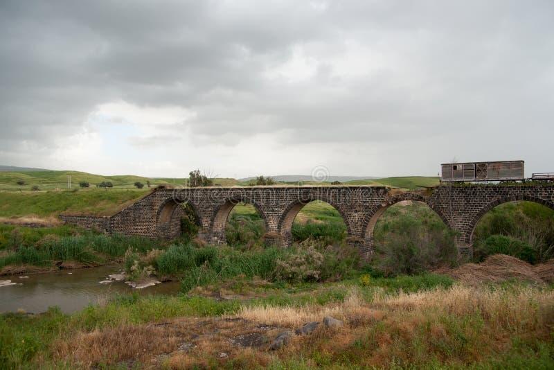Alte Brücke über Fluss Jordan stockfotografie