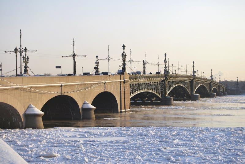 Download Alte Brücke stockfoto. Bild von auto, fluß, metall, historisch - 12201008