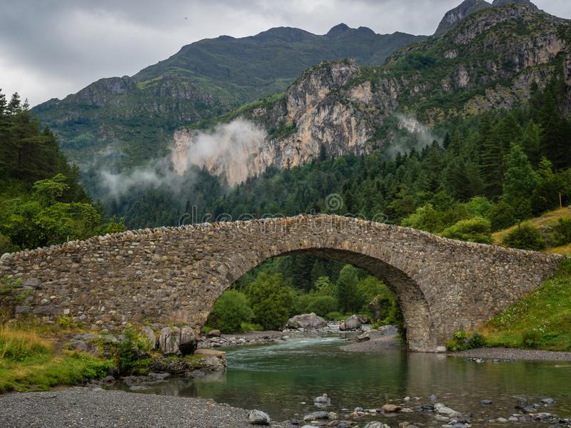 Alte Brücke Bujaruelo in Pyrinees-Strecke, Spanien lizenzfreies stockfoto
