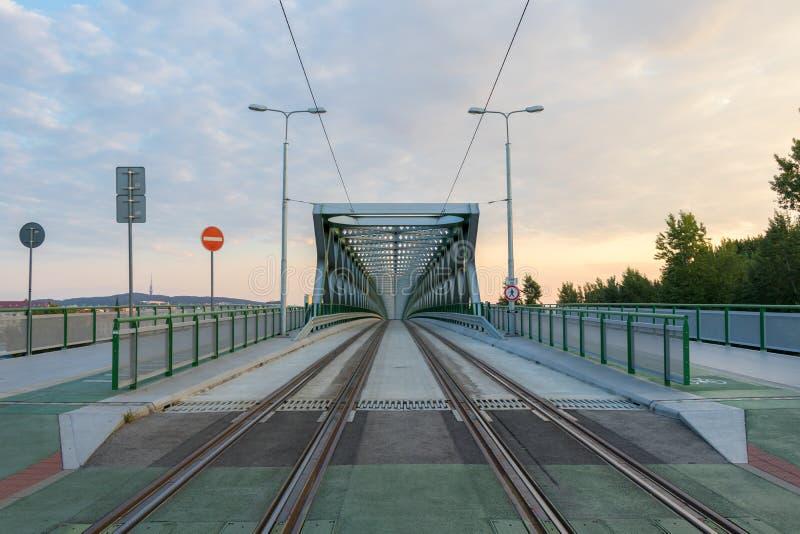 Alte Brücke für Fußgänger, Radfahrer und Trams über dem Fluss Donau in Bratislava, Slowakei stockbilder