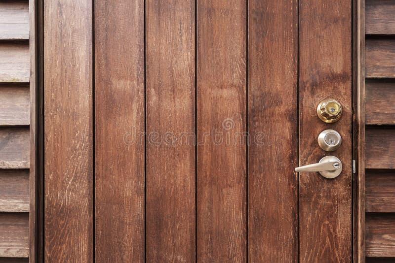 Alte braune Holztür mit Knöpfe und leerer Raum für den Hintergrund Abstrakter Retro- und Vintage-Hintergrund stockbild