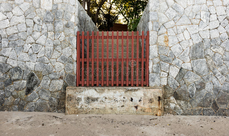 Alte braune Tür und Steinwand lizenzfreie stockfotografie
