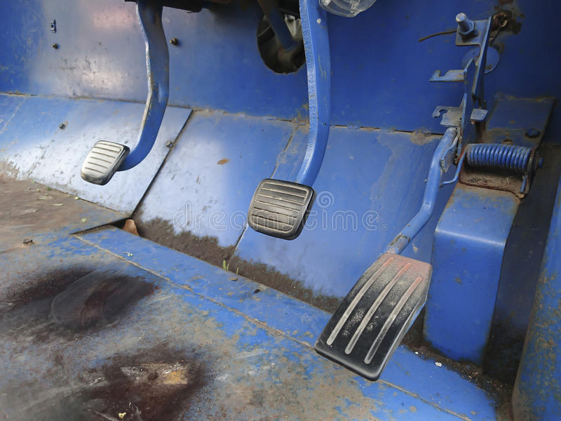 Alte Bremse und Gaspedal von Schaltgetriebe-LKW stockfotos