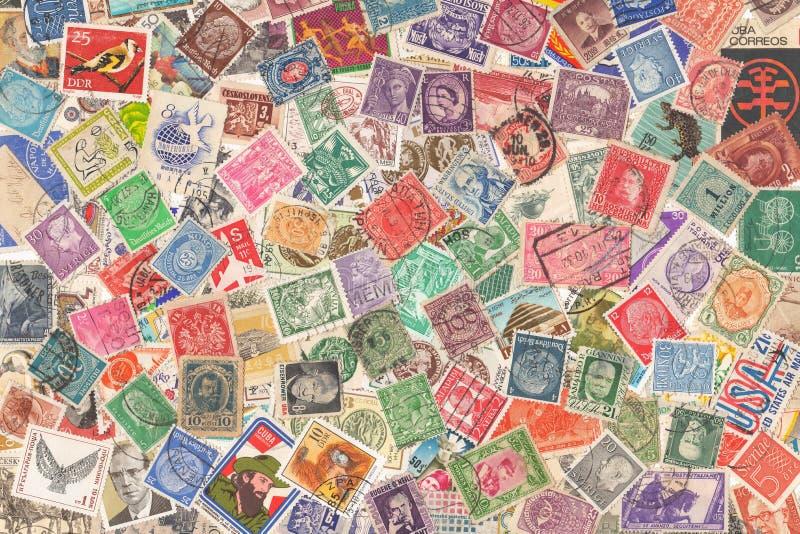 Alte Briefmarken aus verschiedenen Ländern, über 1870s - sechziger Jahre, Hintergrund stockbild