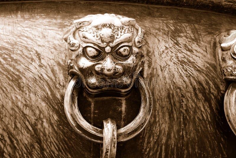 Alte Bronzelöwen als Griff des Bottichs - im Sepia lizenzfreie stockfotografie