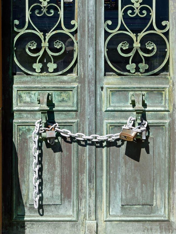 Alte Bronzetüren gesichert mit Verschluss und Kette lizenzfreie stockfotos