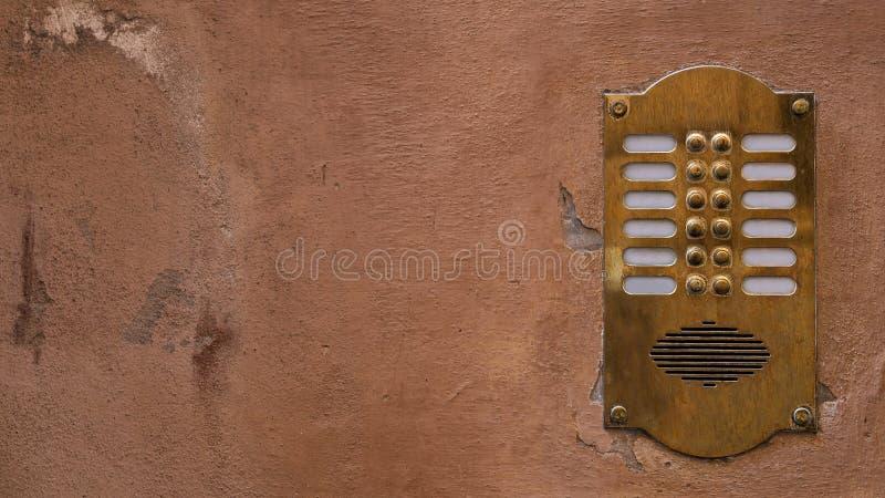 Alte Bronzewechselsprechanlage auf einer alten Wand mit Schalenfarbe Verhältnis16:9 stockfotos