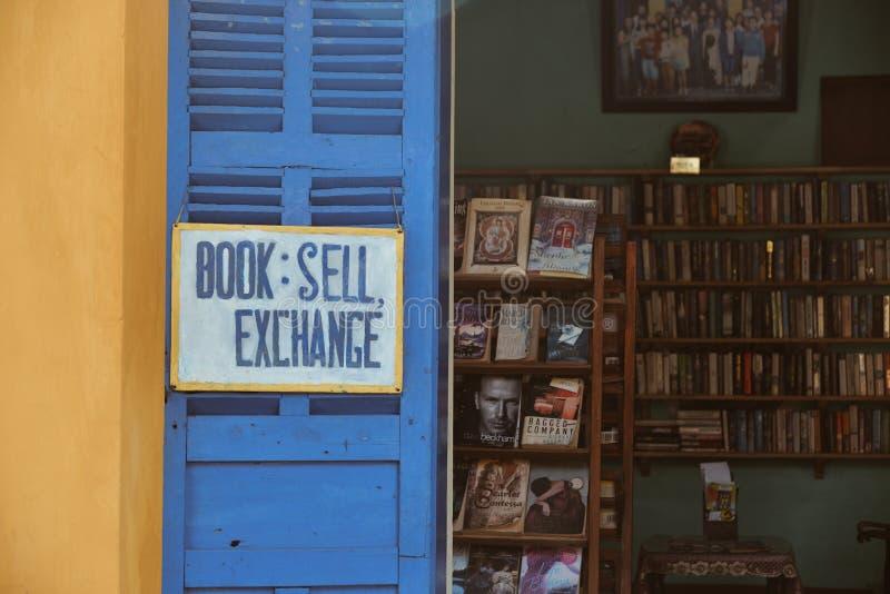 Alte Buchhandlung mit einer Vielzahl von Weinlesebüchern lizenzfreies stockfoto