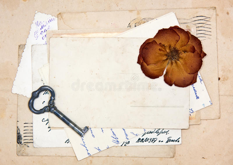 Alte Buchstaben, leere Postkarten und getrocknet stiegen stockfotos