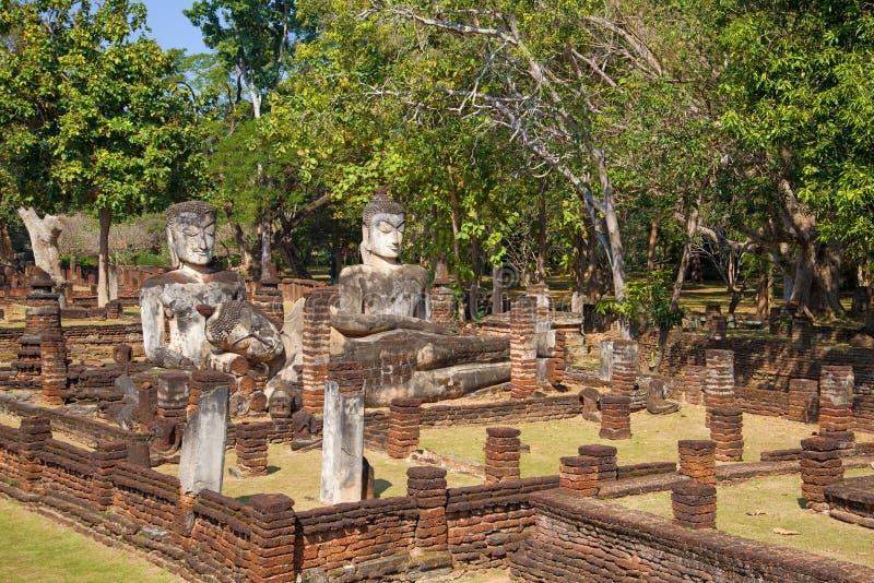 Alte Buddha-Skulpturen auf den Ruinen des buddhistischen Tempels von Wat Phra Kaeo Kamphaeng Phet, Thailand stockbilder