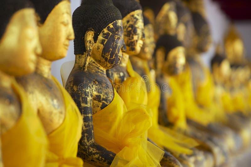 Alte Buddha-Statuen in Chaiya-Tempel, Surat- Thaniprovinz, Thailand stockfotografie