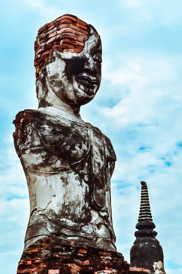 Alte buddhistische Statue auf altem Pagodenhintergrund lizenzfreie stockfotos