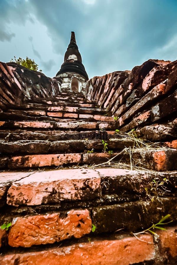 Alte buddhistische Statue auf altem Pagodenhintergrund stockfotografie