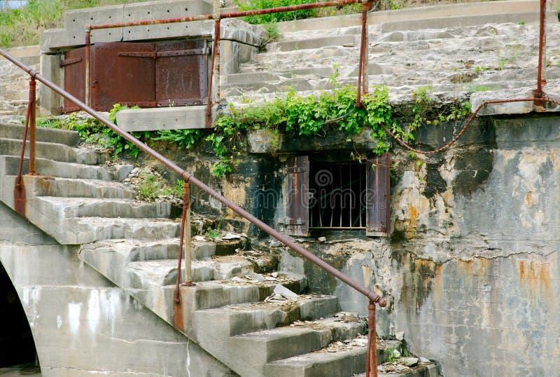 Alte Bunkertüren und -treppe bei Sandy Hook New Jersey lizenzfreies stockfoto