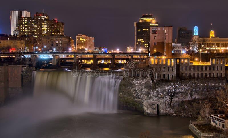 Alte cadute di Rochester del centro New York alla notte fotografia stock