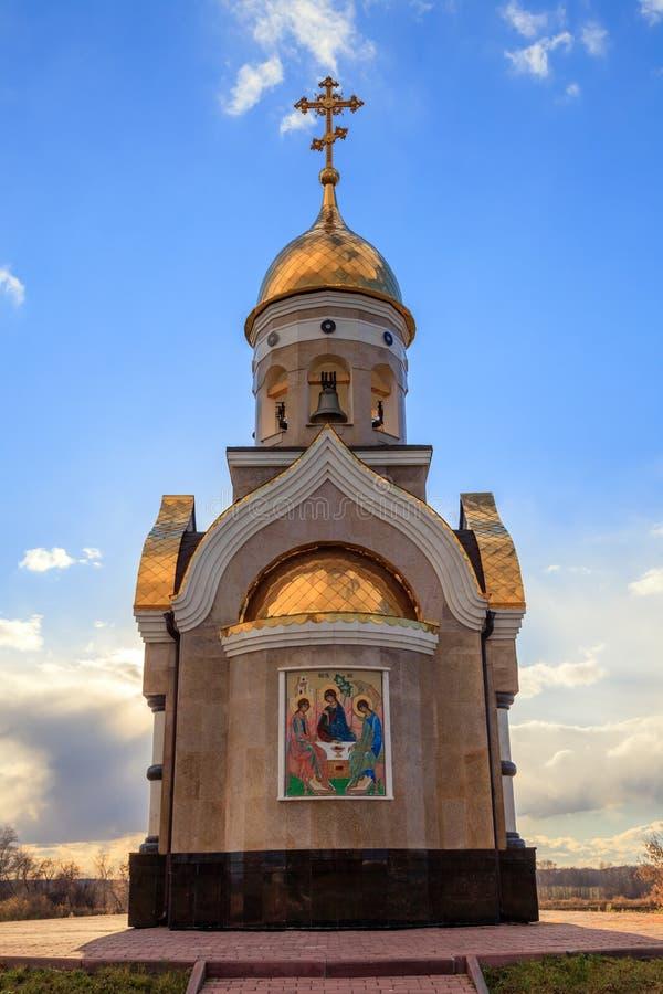 Alte christliche Kirche in Kemerovo mit goldenen und vergoldeten Hauben, b stockbild