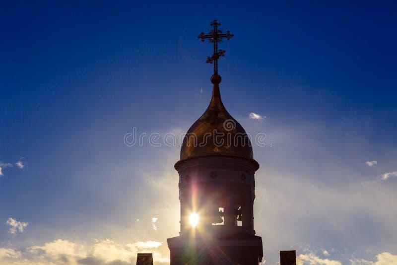 Alte christliche Kirche in Kemerovo mit goldenen und vergoldeten Hauben, b lizenzfreie stockfotografie