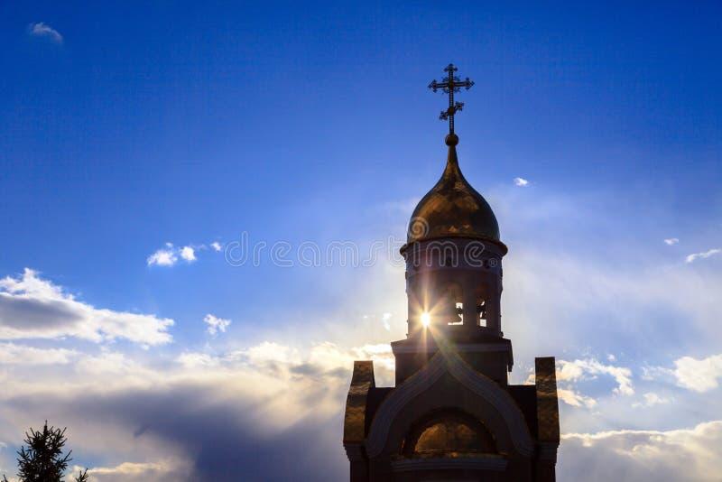 Alte christliche Kirche in Kemerovo mit goldenen und vergoldeten Hauben, b lizenzfreie stockfotos