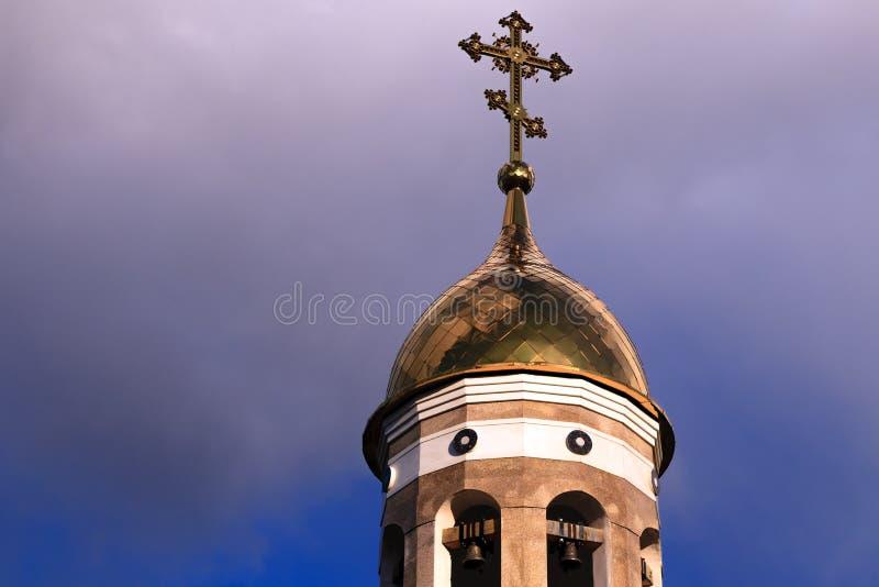 Alte christliche Kirche in Kemerovo mit goldenen und vergoldeten Hauben, b stockfoto