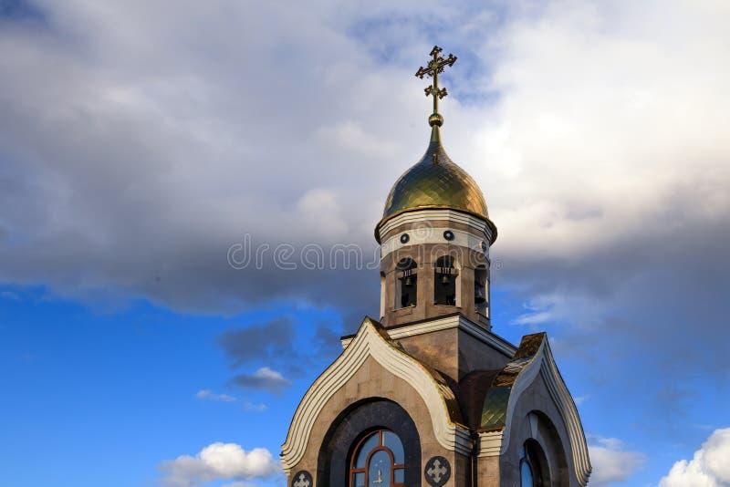 Alte christliche Kirche in Kemerovo mit goldenen und vergoldeten Hauben, b lizenzfreies stockbild