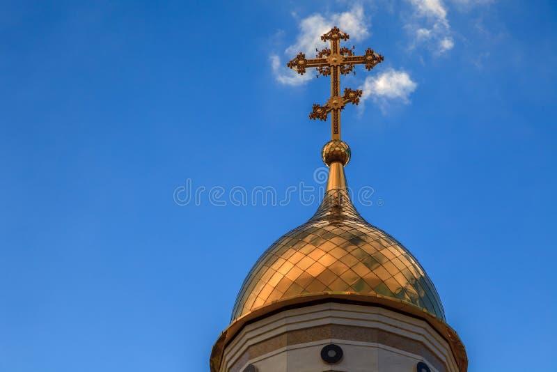 Alte christliche Kirche in Kemerovo mit goldenen und vergoldeten Hauben, b stockbilder