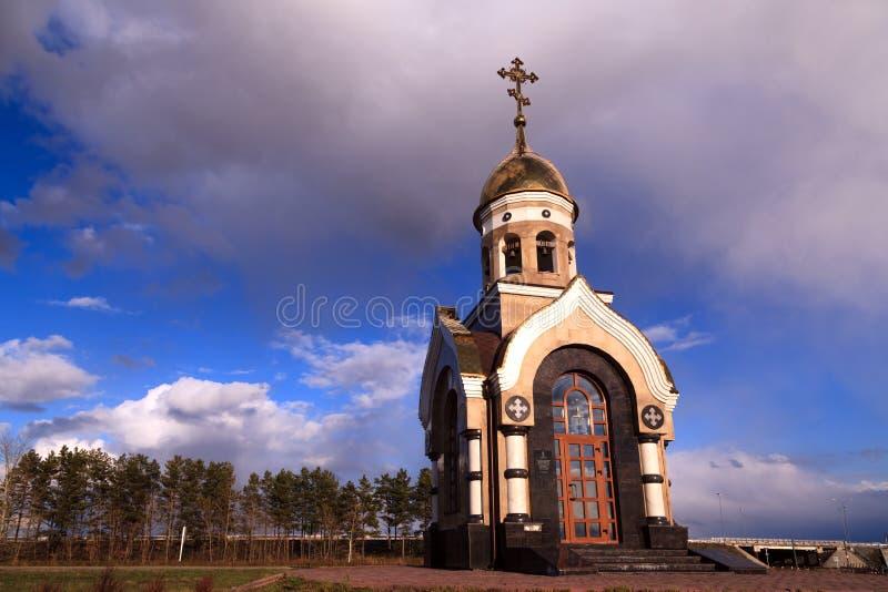 Alte christliche Kirche in Kemerovo mit goldenen und vergoldeten Hauben, b stockfotografie