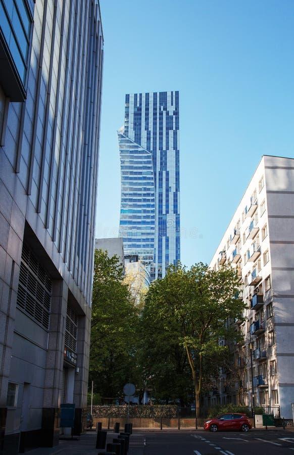 Alte costruzioni nel centro urbano Centro di affari a Varsavia Grattacieli Zlota 44 immagini stock libere da diritti
