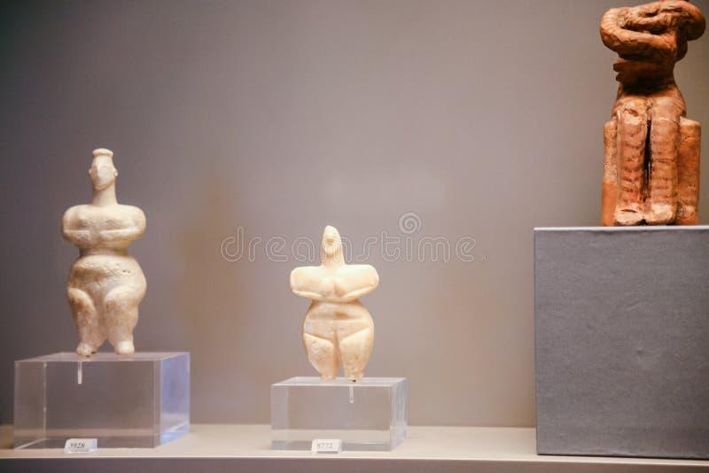 Alte cycladic Figürchen im Museum in Athen stockbilder