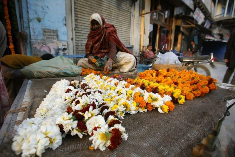Alte Dame, die Blumen, Delhi verkauft stockbild
