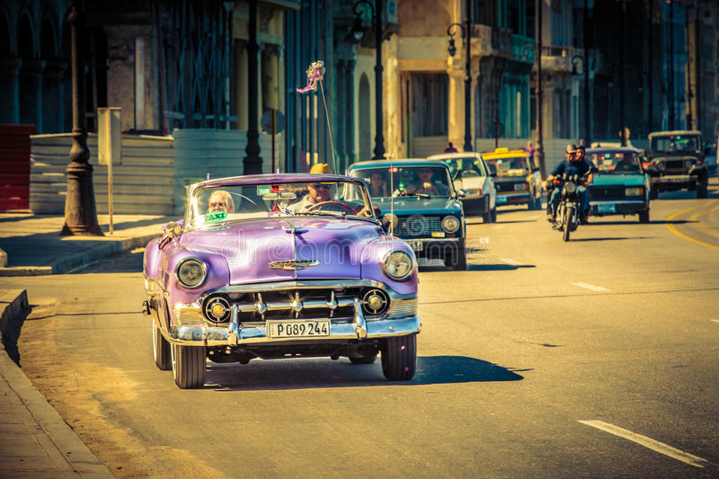 Alte Dame im alten Auto stockbild