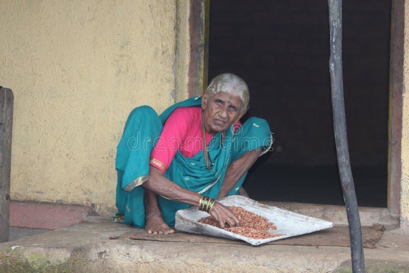 Alte Dame vom Maharashtra-indischen Dorf stockbild