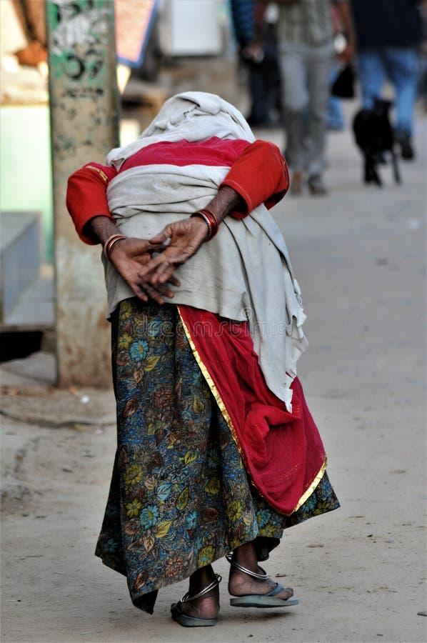 alte Dame während des kumba melah in Indien lizenzfreies stockfoto