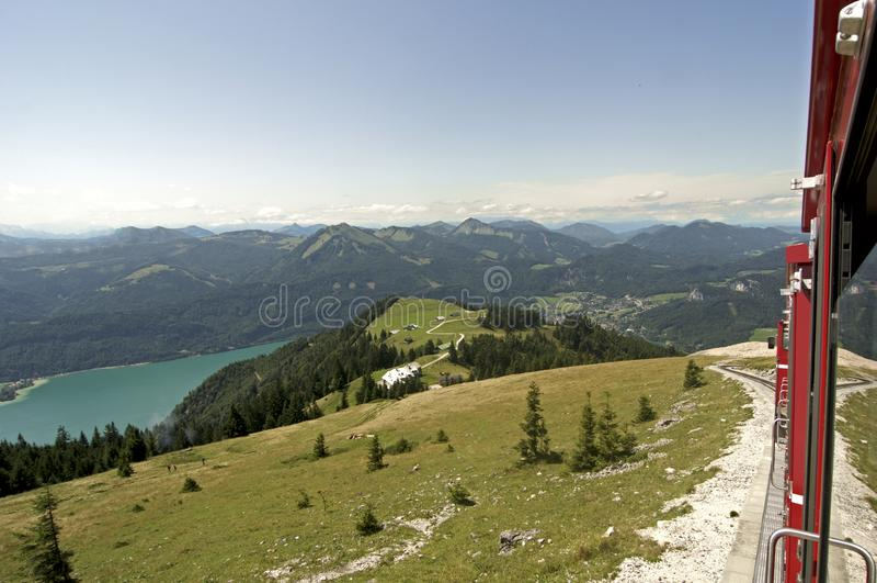 Alte Dampflokomotive klettert oben das schafbergbahn in Österreich lizenzfreies stockfoto