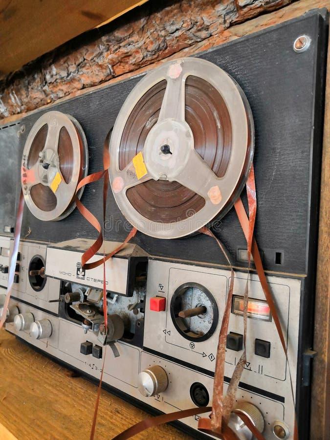 Alte defekte Spule altes Musik-Center Studio-Tonbandgerät Das Band ist verwunden auf einer Spulenspule lizenzfreie stockfotos