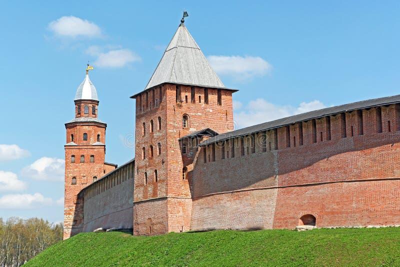 Alte der Ziegelstein Kreml-Wände und Türme von Veliky Novgorod (Novgorod das große), Russland lizenzfreie stockfotos