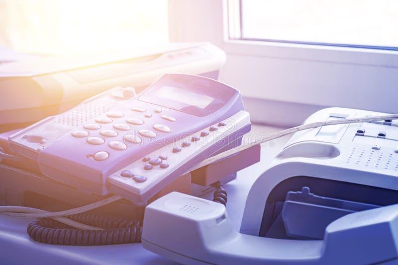 Alte digitale Telefone liegen auf dem Fenster Alte Technologie lizenzfreies stockbild