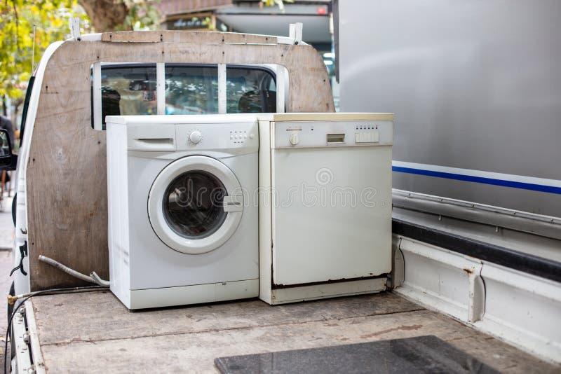 Alte discarted Spülmaschine und Waschmaschine auf einem Fahrzeug-LKW lizenzfreies stockbild