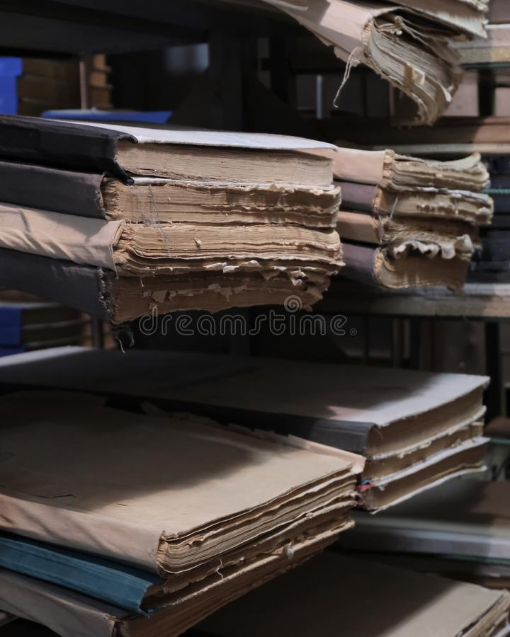 Alte Dokumente oder Zeitungsdateien oder große Bücher auf den Bücherregalen im Bibliotheks- oder Archivraum Das Konzept des histo stockfotografie