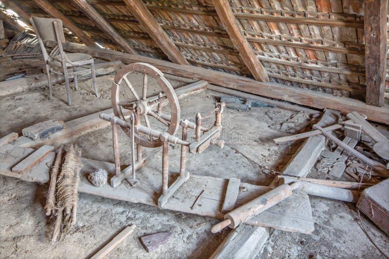 Alte Drehorgel auf dem Billet des Dorfhauses lizenzfreies stockbild