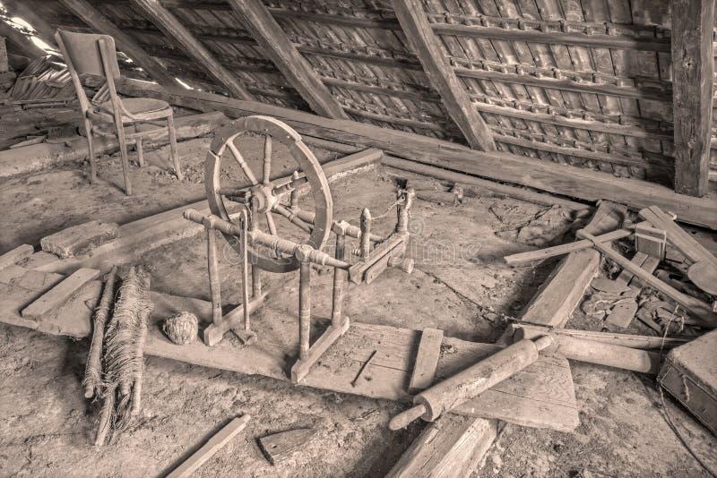 Alte Drehorgel auf dem Billet des Dorfhauses lizenzfreies stockfoto