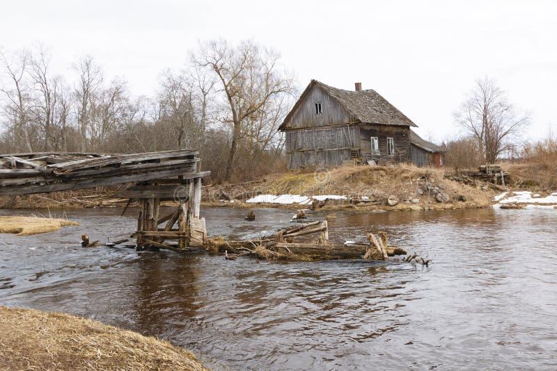 Alte eingestürzte watermills nahe dem Fluss lizenzfreies stockfoto