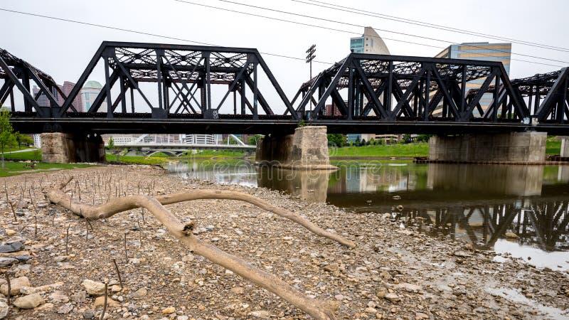Alte Eisenbahnbrücke mit Columbus Ohio-Skylinen stockbilder