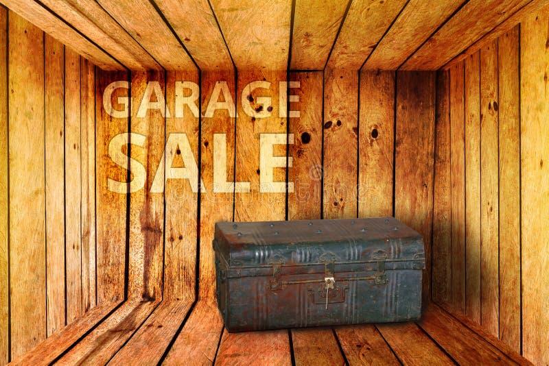 Alte Eisenkasten- und Ramschverkaufwörter auf hölzernem Hintergrund lizenzfreie stockfotos