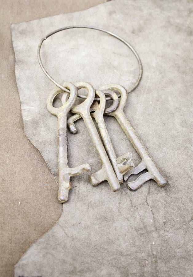 Alte Eisenschlüssel lizenzfreie stockfotografie