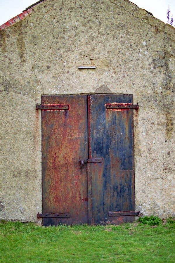 Alte Eisentore mit Rost und Verschluss auf der Tür an Dover-Schloss lizenzfreie stockfotos