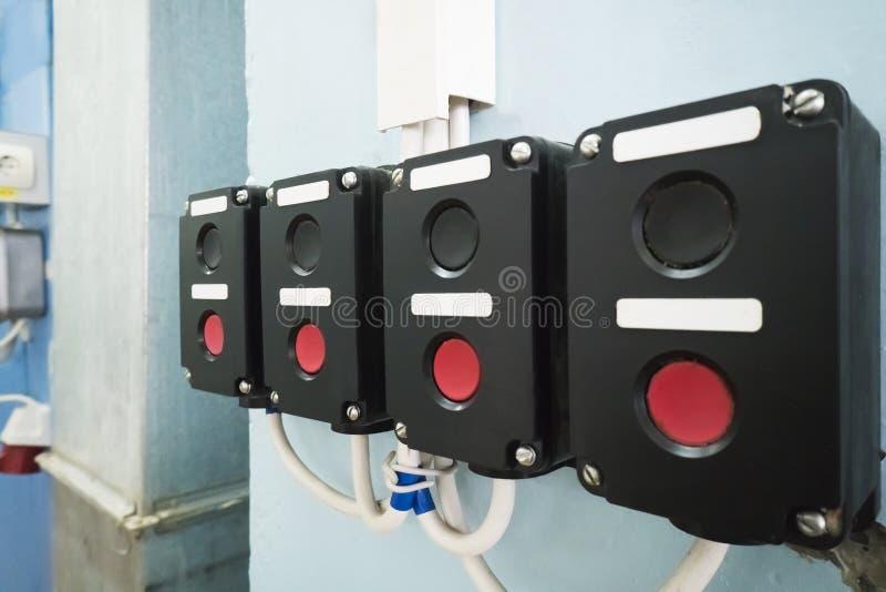 Alte elektrische Anschaltung die Wand in einer Fabrik lizenzfreie stockfotografie